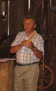 Dr.V.Bagdonavičius pristato Draugijos išleistą Vydūno knygą apie Donelaitį